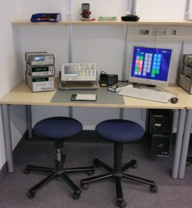 Arbeitsplatz im Elektronikpraktikum